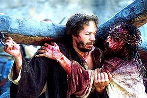 quem ajudou jesus carregar a cruz